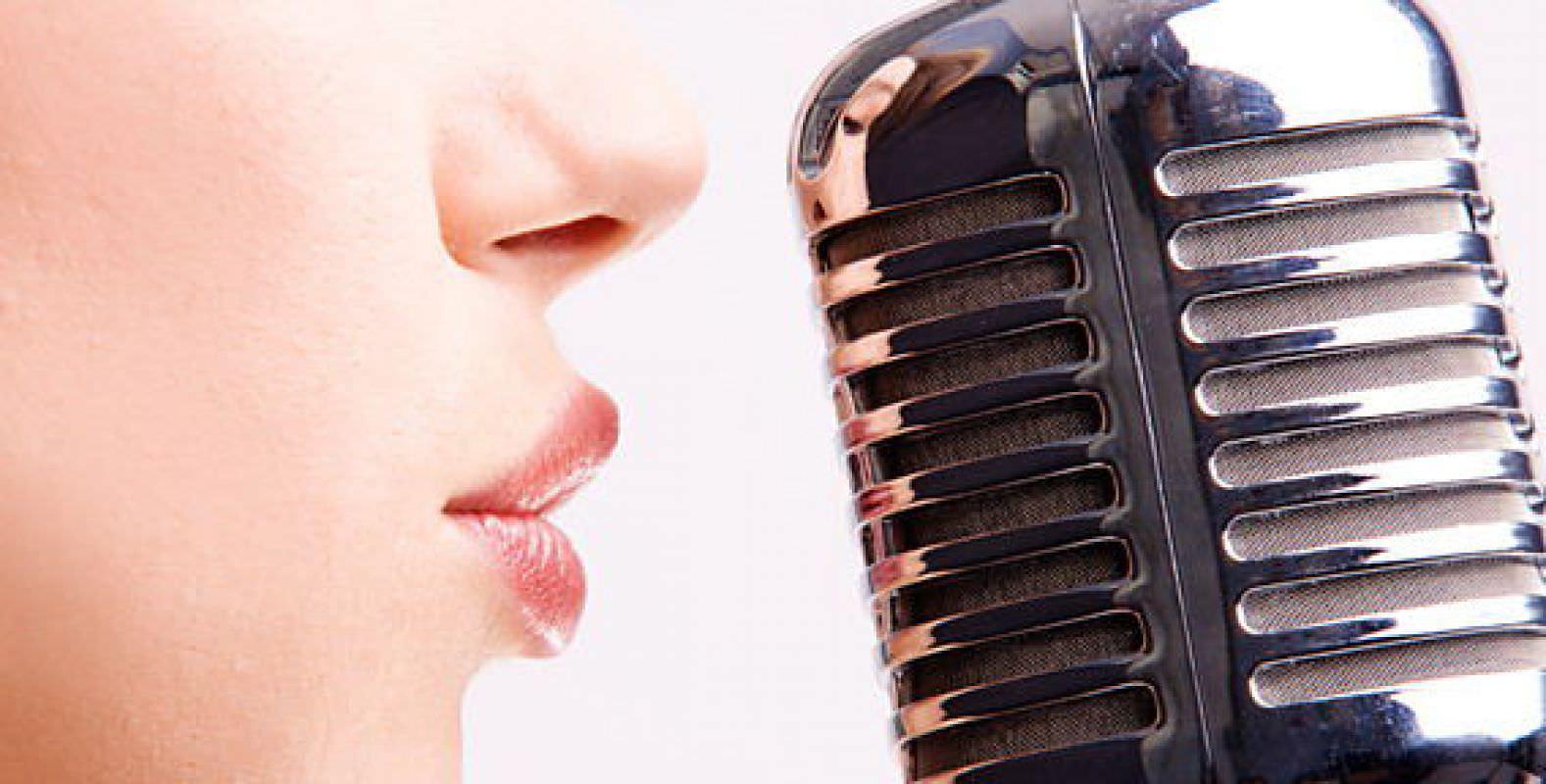 Девушка говорит в микрофон