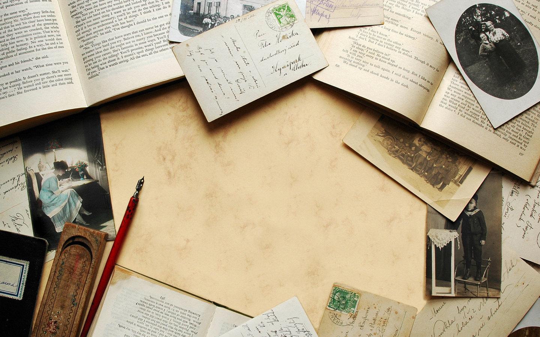 Стол с книгами и бумагами