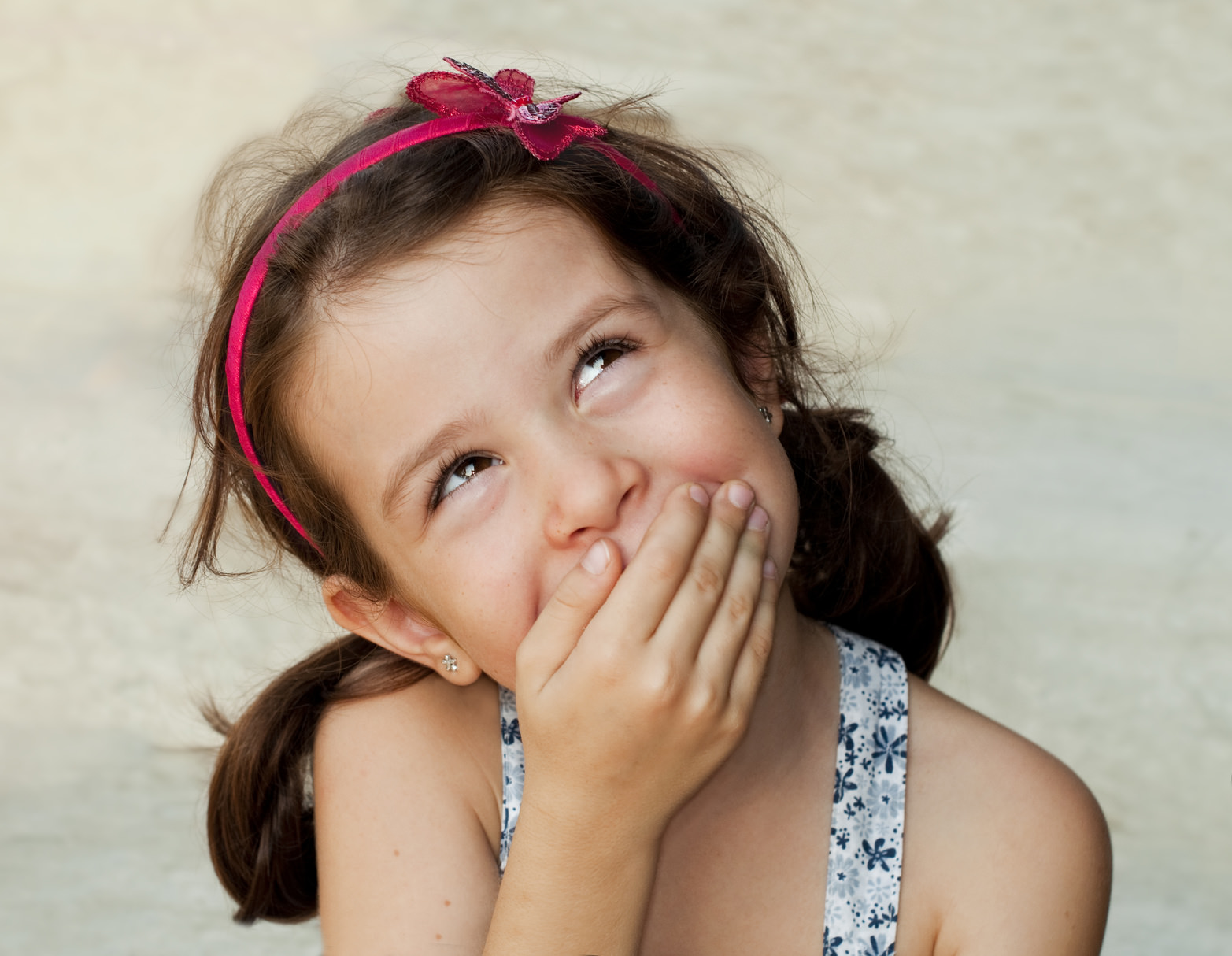 Девочка прикрывает рот