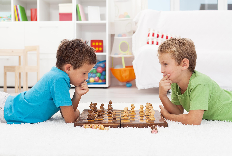 Ребята играю в шахматы
