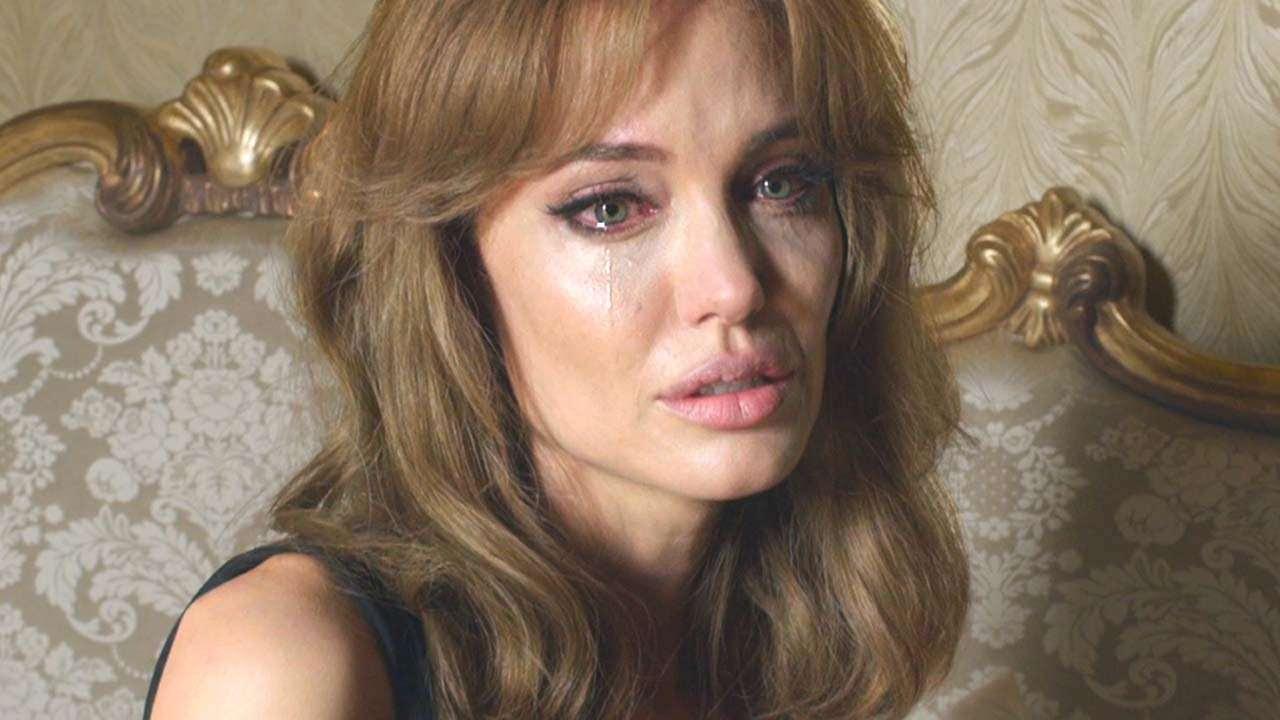 Анжелина Джоли плачет